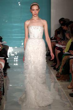 Si eres una novia con algunas curvas este tipo de vestidos son perfectos para ti.   #ReemAcraBridal #PrimaveraVerano2013 #Novias #Bodas #VestidoDeNovia #theWeddingFilmCompany