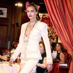 Le retour de Cara Delevingne en ouverture de rideau au défilé Chanel #chanel @chanelofficial #pariscosmopolite #karllagerfeld #ritzparis #caradelevingne