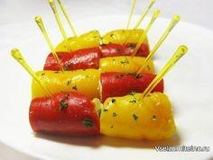 Рулетики из печеного перца с сырным кремом  Ингредиенты:  - Болгарский красный перец – 1 шт - Болгарский желтый перец – 1 шт - Творожный сыр – 80 г - Сыр твердых сортов – 80 г - Чеснок – 1 зубчик - Зеленый лук – 2-3 пера - Молотый черный перец по вкусу - Соль  Приготовление:  1. Перцы выложить на решетку, запечь в духовке при 200 гр. около 20 мин. Положить перцы в полиэтиленовый пакет на 10 мин (пакет завернуть). Вытащить из пакета, снять шкурку, удалить сердцевину, нарезать полосками…
