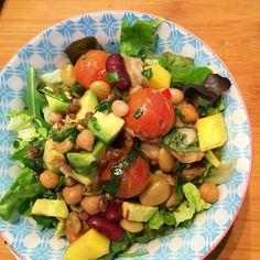 Heerlijke salade met warme gemengde bonen