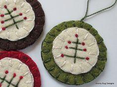 Folk Art Tree Wool Felt Ornaments Set of 3 por WoollyBugDesigns