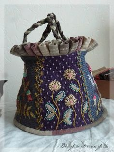 """"""" Sakura, Sakura... - Des fils et une fille Patchwork Bags, Quilted Bag, Embroidery Bags, Embroidery Stitches, Potli Bags, Craft Bags, Beaded Purses, Denim Bag, Fabric Bags"""