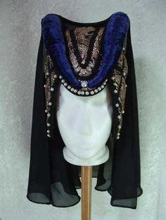 heartshaped hennin with short veil