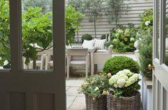 Kleiner Garten im Landhausstil mit Shabby Flair
