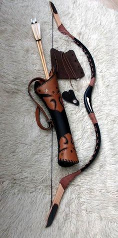 I don't know how far an arrow would fly from a bow this short, but I do like the curved quiver! It looks comfy. Mounted Archery, Crossbow Hunting, Archery Hunting, Crossbow Arrows, Diy Crossbow, Hunting Arrows, Deer Hunting, Archery Bows, Archery Quiver