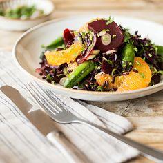 Der leichte Mix aus schwarzem Reis, knackigen Zuckererbsen, Roter Bete und erfrischender Orange steckt voller Vitamine und macht Lust auf warme Sommertage.