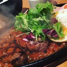 洋食富士屋本店 ハンバーグ定食 ¥950 焼き方レア、付け合わせに玉子とハムとあり、出し方も完璧だった。さすが富士屋本店。 #渋谷 #ランチ #ハンバーグ #レア #shibuya