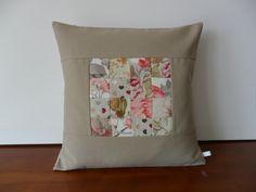 Housse de coussin patchwork, lin beige, fleurs et coeurs : Textiles et tapis par michka-feemainpassionnement
