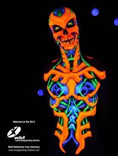 Maquillaje corporal con colores UV que brillan con la luz negra. Búscalos en www.divinasdelamuerte.es