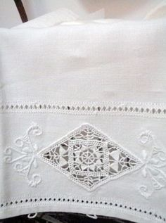 . . . Cabin & Cottage : Vintage Linens in the Loo