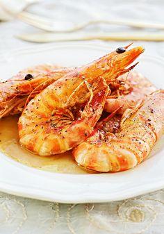 Gamberoni al forno ; gamba's uit de oven met flink wat knoflook. Om je vingers bij af te likken.