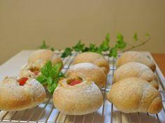 モッツァレラチーズとイタリアントマトのプチパン 全粒粉ロールパン ホシノ天然酵母使用