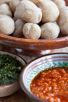Patatas arrugadas con mojo verde y mojo picón (verschrompelde aardappeltjes met twee mojo's)