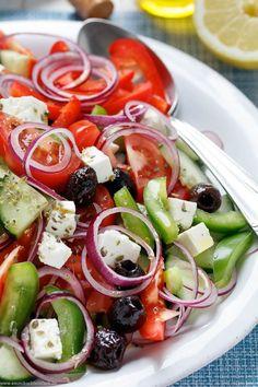 Griechischer Bauernsalat | Das schnelle und einfache Rezept. Der unkomplizierte, sommerliche 20 Minuten Salat passt zu jedem Anlass. Ob Grillen, Gartenfest und als einfache Beilage. | #bauernsalat #sommersalat #salat #rezept #grillen | emmikochteinfach.de