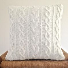 Crochet Pillow Cable Old Sweater 32 Ideas Sweater Pillow, Knit Pillow, Old Sweater, White Sweaters, Knitted Cushion Covers, Crochet Pillow Cases, Knitted Cushions, Crochet Christmas Garland, Crochet Blanket Border