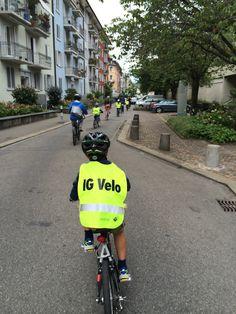 Kinder fahren gerne und viel Velo – auch unsere. Um ihnen die nötige Sicherheit auf dem Velo und das richtige Verhalten im Strassenverkehr zu vermitteln, sind wir – nebst möglichst häufigem Fahren auf Quartierstrassen – auch immer wieder die Veloparcours auf den Pausenplätzen der verschiedenen Schulhäuser bei uns im Quartier auf- und abgefahren. #Velo #Fahrrad #Bike #fahren #Sicherheit #DieAngelones Bicycle, Sailing Style, Waiting, Safety, Bicycle Kick, Bike, Bmx, Cruiser Bicycle