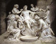 """""""Apolo y las Ninfas"""", realizado por el escultor francés Françoise  Girardon en 1675. Se encuentra situada en el Parque de Versalles. El tema representado en esta obra es la mitología, ya que el autor se sirve de ello para representar al dios Apolo acompañado por ninfas   simbolizar al rey como un personaje divinizado."""