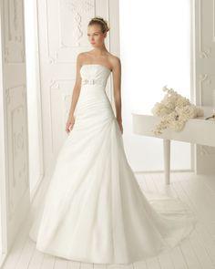 VANITY - Vestido de garza y pedrería en color natural  T50 Diadema de perlas en color natural