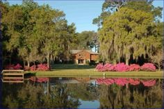 East Palatka, FL: Absolutely stunning 18 acre St Johns riverfront estate. Tucked away in the country, yet just minutes from civilisation this property needs to be seen. 435' river front with magnificent views. 350' dock with boathouse & lift.