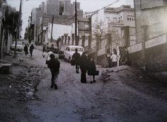 El Carmel: Calle Llobregós esquina Conca de Tremp, Barcelona 1960. Durante el boom inmobiliario español, en las décadas de 1960 y 1970 se construyeron grandes bloques de vivienda que sustituyeron, poco a poco, esas magníficas casas unifamiliares. El barrio seguía su proceso de transformación sin la creación de un plan urbanístico y sin el desarrollo de las infraestructuras básicas. Solamente se destaca la construcción del mercado municipal, en la calle Llobregós, abierto en 1964. En 1972 se…