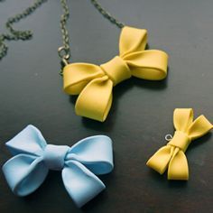 Would be nice on a Polymer clay covered box too! Make your own double bow necklace using polymer clay. Fimo Clay, Polymer Clay Projects, Polymer Clay Charms, Clay Beads, Polymer Clay Jewelry, Clay Crafts, Biscuit, Bow Necklace, Cute Clay
