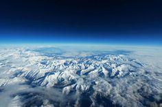 Visão aérea das montanhas geladas.