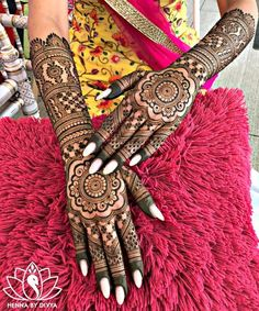 94 Easy Mehndi Designs For Your Gorgeous Henna Look Henna Hand Designs, Wedding Henna Designs, Indian Henna Designs, Mehndi Designs Finger, Latest Bridal Mehndi Designs, Mehndi Designs For Girls, Beautiful Henna Designs, Simple Mehndi Designs, Pretty Designs