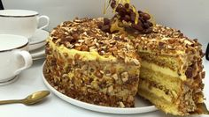 vanilla and praline layer sponge cake (krokankake) I Love Food, Good Food, Cake Flavors, Different Recipes, Pavlova, Let Them Eat Cake, Cake Cookies, Yummy Cakes, Cake Recipes