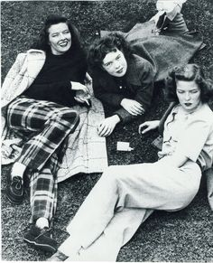 ∴ Trios ∴ the three graces, sisters, & groups of 3 in art and vintage photos - Katharine Hepburn with her sisters c. Golden Age Of Hollywood, Vintage Hollywood, Hollywood Stars, Classic Hollywood, Katharine Hepburn, Divas, Cinema, Female Stars, Thing 1