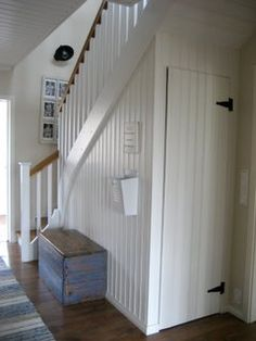 Idea for the empty room under the stairs Storage Under Staircase, Stair Storage, Under Stairs, Cottage Stairs, House Stairs, Decoration Entree, Entry Stairs, Attic Spaces, Hallway Decorating