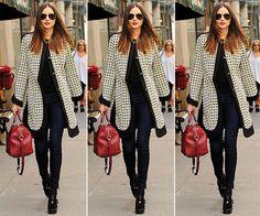 A top model Miranda Kerr é uma das 'it girls' do momento. Passeando em Nova York, ela não podia pecar no visual! Sendo assim, escolheu calça skinny, casaco estampado longo, bolsa de mão vermelha e óculos escuros para fechar o look
