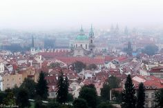 Mlhavý pohled na pražskou kotlinu