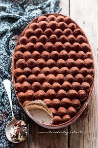 Tiramisù - Ricetta classica e veloce con uova pastorizzate. I just want to know how they made the top! No Bake Desserts, Just Desserts, Dessert Recipes, Creative Desserts, Cake Recipes, Kolaci I Torte, Cuisine Diverse, Food Cakes, Love Food