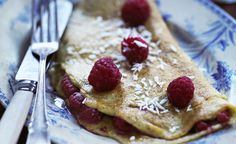 Frugt kan sagtens være lækkert at komme i en omelet også. Som fx her, hvor der er brugt hindbær. Det giver en frisk og kageagtig morgenmad. Denne er lavet med kokosmælk for en mælkefri morgenmad