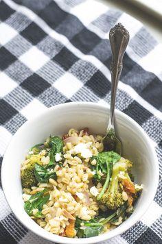 pęczak z brokułami, fetą, suszonymi pomidorami