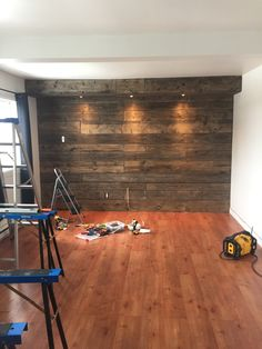 Shed DIY - Mur de bois style bois grange Now You Can Build ANY Shed In A Weekend Even If You've Zero Woodworking Experience! Wooden Accent Wall, Wood Wall, Home Decor Bedroom, Diy Home Decor, Pallet Walls, Basement Remodeling, Home Accents, Barn Wood, Home Projects