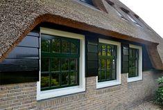 Verbouwde boerderij met vernieuwde en nieuwe kozijnen en ramen in de zijgevels   Architektenburo Bikker BV