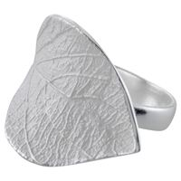 Ring met blaadje JALE: Verfijnde ring met gedetailleerd blaadje. Het blad heeft een witte finish. Deze ring met blad maakt deel uit van de collectie Get down to earth. Gemaakt van echt 925 sterling zilver.