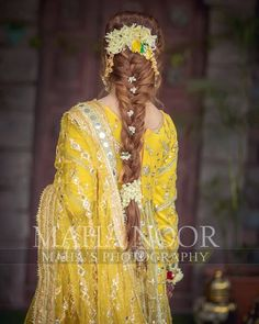 Pakistani brides always have us swooning! From their stunning bridal outfits to natural yet gorgeous makeup looks, every bit of their bridal look is exquisite. So when we stumbled upon a beautiful se. Pakistani Bridal Hairstyles, Pakistani Bridal Makeup, Bridal Mehndi Dresses, Pakistani Wedding Outfits, Indian Bridal Outfits, Indian Bridal Fashion, Pakistani Wedding Dresses, Bride Hairstyles, Mehndi Hairstyles