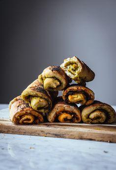Juusto-pesto-sämpylärullat (V) – Viimeistä murua myöten Salty Snacks, Sweet And Salty, Pesto, Veggies, Appetizers, Cooking Recipes, Baking, Food, Drinks