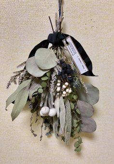 ドライフラワースワッグTada _r works   ハンドメイドマーケット minne Dried Flower Wreaths, Dried Flower Bouquet, Flower Bouquet Wedding, Green Flowers, Spring Flowers, Dry Flowers, Bouquet Wrap, Floral Chandelier, Dried Flower Arrangements