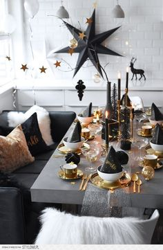 Pin by bohoandnordic - DIY - decorating - handicrafts - furnishing on dining room dining table Christmas decorations, Christmas table settings, Christmas table decorations - xmas - Christmas Table Settings, Christmas Table Decorations, Decoration Table, Holiday Decor, Decoration Crafts, Room Decorations, Holiday Dinner, Gold Party, Nye Party