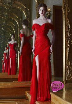 Sizce de zarif dekoltesi ile çekici değil mi ? Stil sahibi kadınların tercihi.