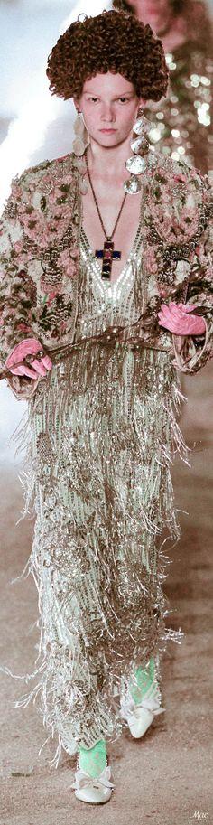 Resort 2019 Gucci Gucci Fashion, Womens Fashion, Outfits Spring, Guccio Gucci, Holy Chic, Alessandro Michele, Italian Fashion Designers, Global Brands, Vogue