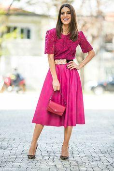 Saia mídi pink e top de renda numa produção super sofisticada da blogueira Camila Coelho. Adorei que ela quebrou a monocromia do look com o sapato animal print!