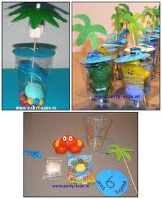 Tropische verrassing. Nodig: transp. beker, bl. karton, Palmboom prikker, snoep dolfijn, banaan en schildpad, choco M's, douchegel figuurtje/magic towel (sea life)  Werkwijze: trek de bovenkant van de beker op blauw papier. Knip deze uit, schrijf hier tekst op. Vul het bekertje met wat M's, leg hierop het kadootje en het schildpadje, schuif aan de prikker 2 banaantje tot bovenin. Prik nu het blauwe rondje en het dolfijntje eraan. Zet de prikker in de beker, het kartonnetje sluit de beker af.