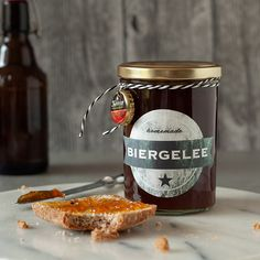 DIY Biergelee – perfektes Last-Minute Geschenk zum Vatertag DIY beer jelly - the perfect last-minute gift for Father's Day Diy Cadeau, Vestidos Vintage, Last Minute Gifts, Gifts For Father, Candle Jars, Diy Gifts, About Me Blog, Recipes, Food