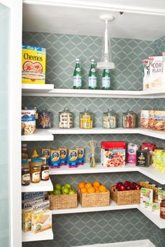 Wallpaper your pantry! Repisas sencillas para alacena
