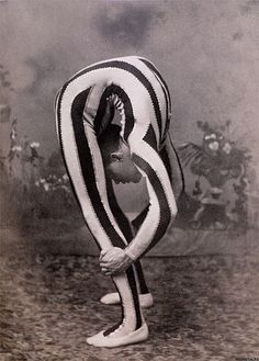 Vintage circus sideshow contortionist Clowns are creepy but I love the circus! Rockabilly, Mad Men, Vintage Photographs, Vintage Photos, Arte Punch, Circus Vintage, Vintage Circus Performers, Circus Photography, Pierrot Clown