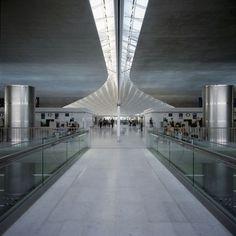 Pasillo de la terminal 2F del aeropuerto de Roissy Charles de Gaulle, en París.